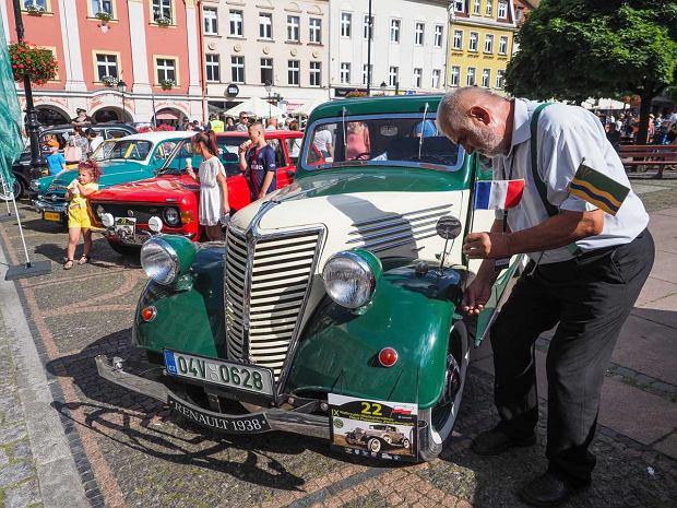 Zdjęcie numer 15 w galerii - Międzynarodowy rajd zabytkowych pojazdów na Rynku w Wałbrzychu. Było co podziwiać [ZDJĘCIA]