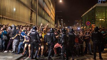 14.10.2019, Barcelona, zamieszki na międzynarodowym lotnisku El Prat.