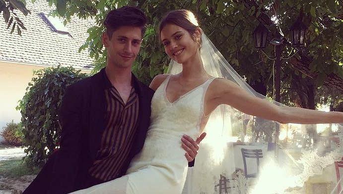 Monika JAC Jagaciak pozuje z kolegą podczas swojego wesela