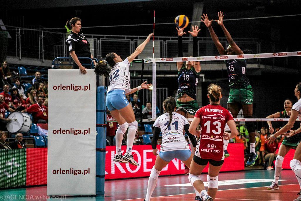 Magda Jagodzińska (nr 12) w meczu Developres SkyRes Rzeszów - PGE Atom Trefl Sopot 0:3