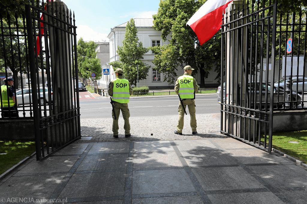 Sopiści obstawiają wjazd do Belwederu. Święto Służby Ochrony Państwa. Warszawa, 12 czerwca 2018