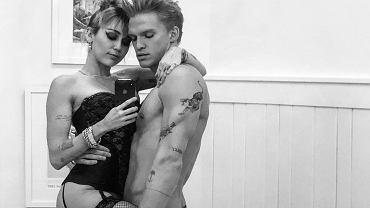 Miley Cyrus cała na czarno tańczy z półnagim partnerem. 'Ten sam taniec tańczyłaś z Liamem!'
