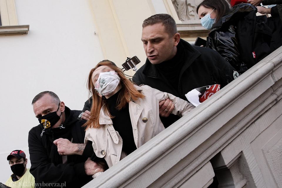 Robert Bąkiewicz i inni narodowcy na schodach kościoła św, Krzyża