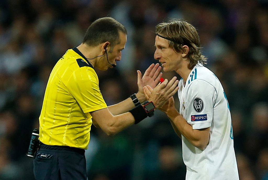 Referee Cuneyt Cakir speaks with Real Madrid's Luka Modric during the Champions League semifinal second leg soccer match between Real Madrid and FC Bayern Munich at the Santiago Bernabeu stadium in Madrid, Spain, Tuesday, May 1, 2018. (AP Photo/Paul White) SLOWA KLUCZOWE: XCHAMPIONSLEAGUEX
