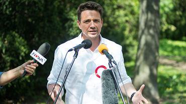 Rafał Trzaskowski, kandydat na prezydenta Warszawy, podczas spotkania w parku Skaryszewskim