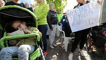 Manifestacja osób wspierających opiekunów i rodziców niepełnosprawnych.