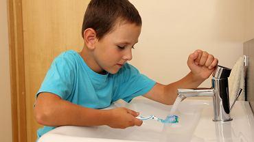 Mycie zębów u dzieci. Wiele z nich używa zbyt dużo pasty do zębów. Nadmiar fluoru im szkodzi