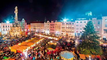 W czeskich miastach odbywają się teraz świąteczne jarmarki. Na zdjęciu: jarmark w Ołomuńcu