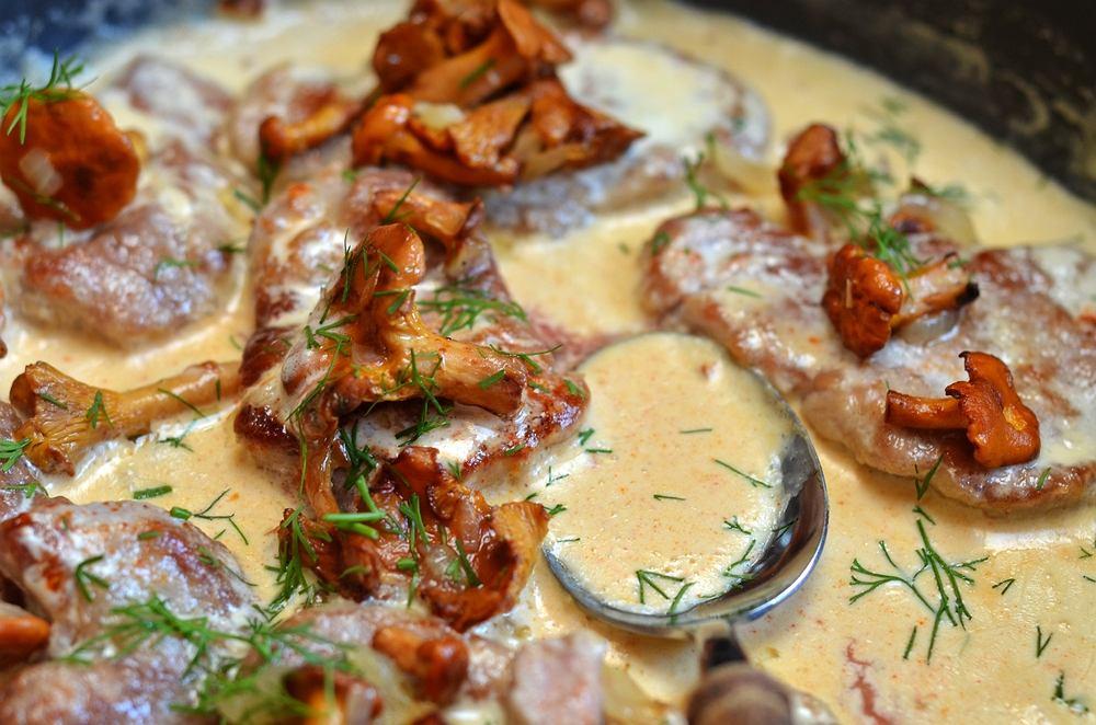 Polędwiczki w sosie kurkowym to połączenie miękkiego, pysznego mięsa z kremowym sosem grzybowym