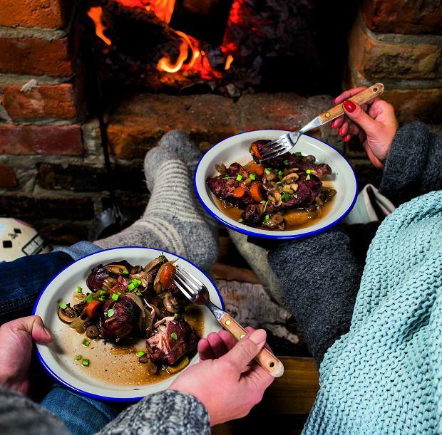Kawałki kurczaka a la coq au vin (kogut w winie) to świetny pomysł na romantyczną kolację