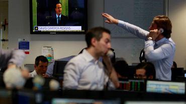 Traderzy oglądają konferencję Davida Camerona