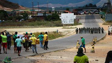 Starcia wojska i protestujących na granicy Wenezueli i Brazylii