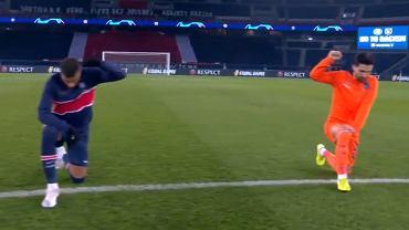 Piłkarze PSG i Basaksehir przed wznowieniem meczu Ligi Mistrzów