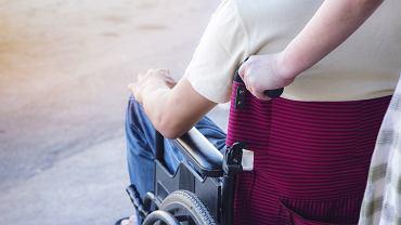 Ośrodek pomocy społecznej wypłaca zasiłek osobom, które nie podejmują pracy lub z niej rezygnują, by zajmować się niepełnosprawnym bliskim.