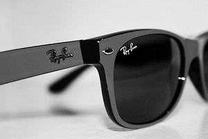 Kultowe okulary przeciwsłoneczne Ray Ban i ich tańsze, ale identyczne zamienniki