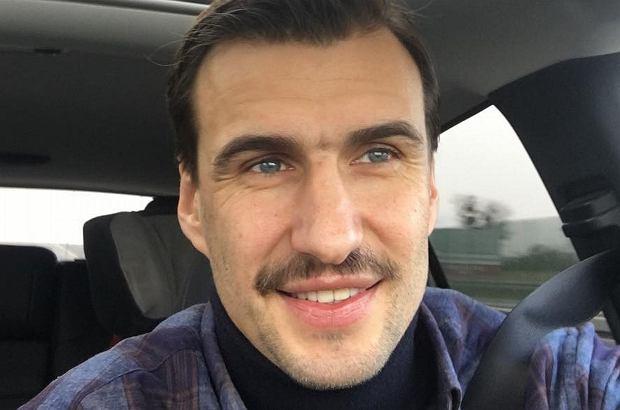 Kamery monitoringu uchwyciły moment, w którym Jarosław Bieniuk odprowadza kobietę, która oskarża go o gwałt, do taksówki.