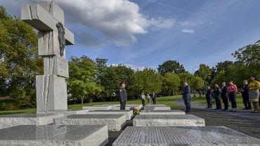 Petro Poroszenko oddaje hołd przed pomnikiem zbrodni wołyńskiej