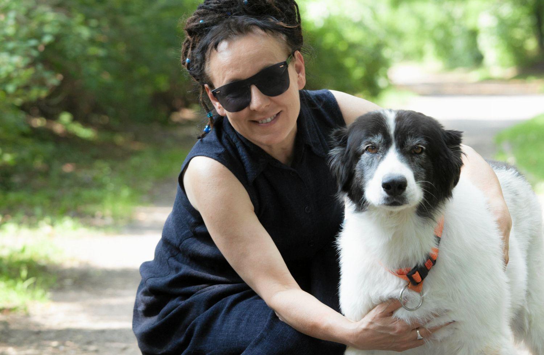Olga Tokarczuk ze swoim psem (Fot. Krzysztof Ćwik/Agencja Gazeta)