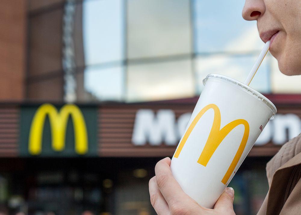Od września z restauracji sieci McDonald's, położonych na terenie Wielkiej Brytanii oraz Irlandii, mają zniknąć plastikowe słomki do napojów