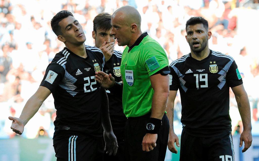 Szymon Marciniak podczas meczu Argentyna - Islandia po kontrowersyjnej sytuacji
