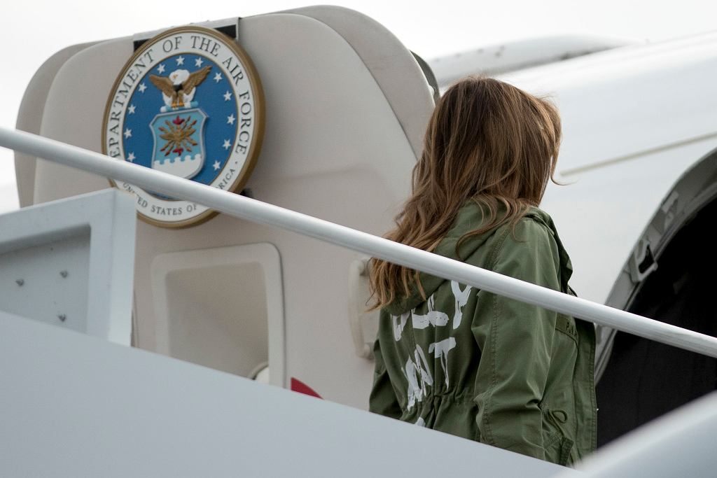 Melania Trump w kurtce 'I really don't care, do u?' odwiedziła w czwartek dzieci imigrantów w ośrodku odosobnienia w Teksasie