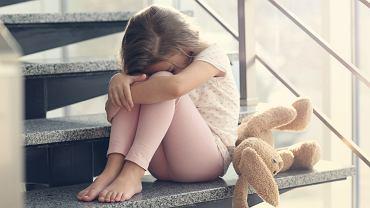 Choroba sieroca dotyka nie tylko wychowanków domu dziecka. Objawia się także u dzieci z rodzin dysfunkcyjnych, ale i pełnych, zwykle w sytuacji, gdy ich potrzeby emocjonalne nie zostały zaspokojone.