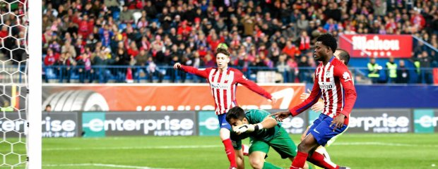 Atletico's Thomas Partey scores a goal during a Spanish La Liga soccer match between Atletico de Madrid and Levante at the Vicente Calderon stadium in Madrid, Spain, Saturday, Jan. 2, 2016. (AP Photo/Daniel Ochoa de Olza) SLOWA KLUCZOWE: XLALIGAX