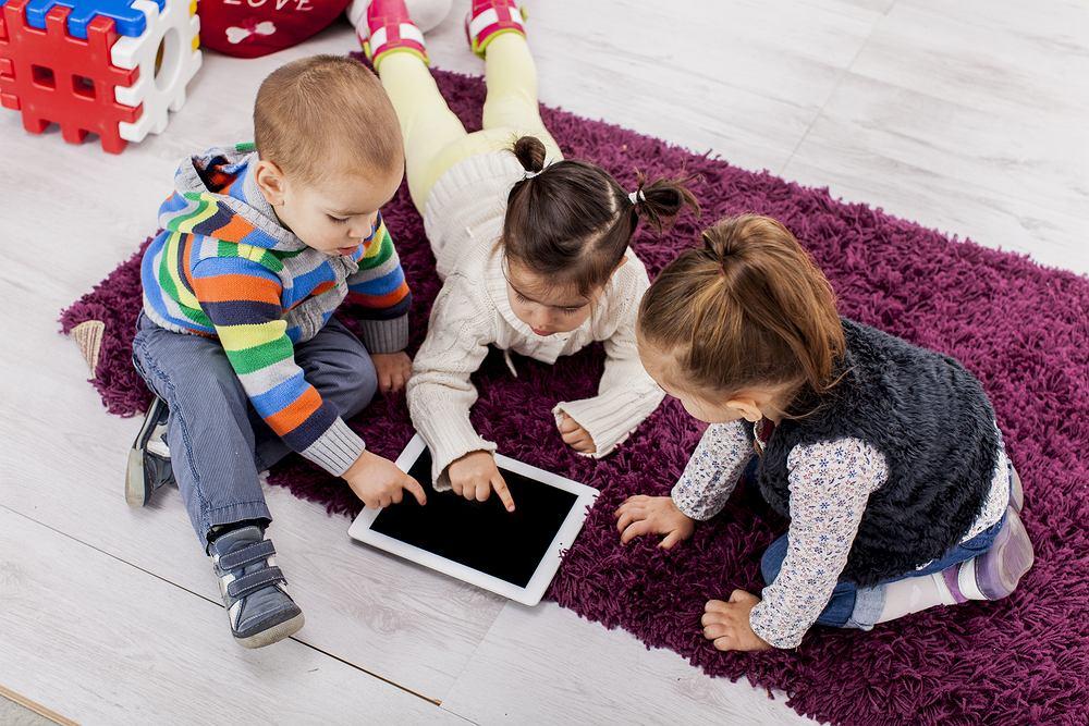 Małe dzieci nie powinny patrzeć w ekrany urządzeń elektronicznych. Tak zaleca Światowa Organizacja Zdrowia (WHO)