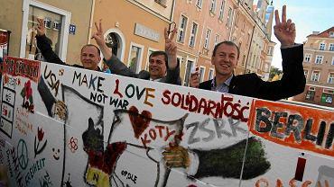 03.10.2011, Bernard Gaida (w środku), podczas happeningu na Rynku w Opolu burzy symboliczny mur berliński