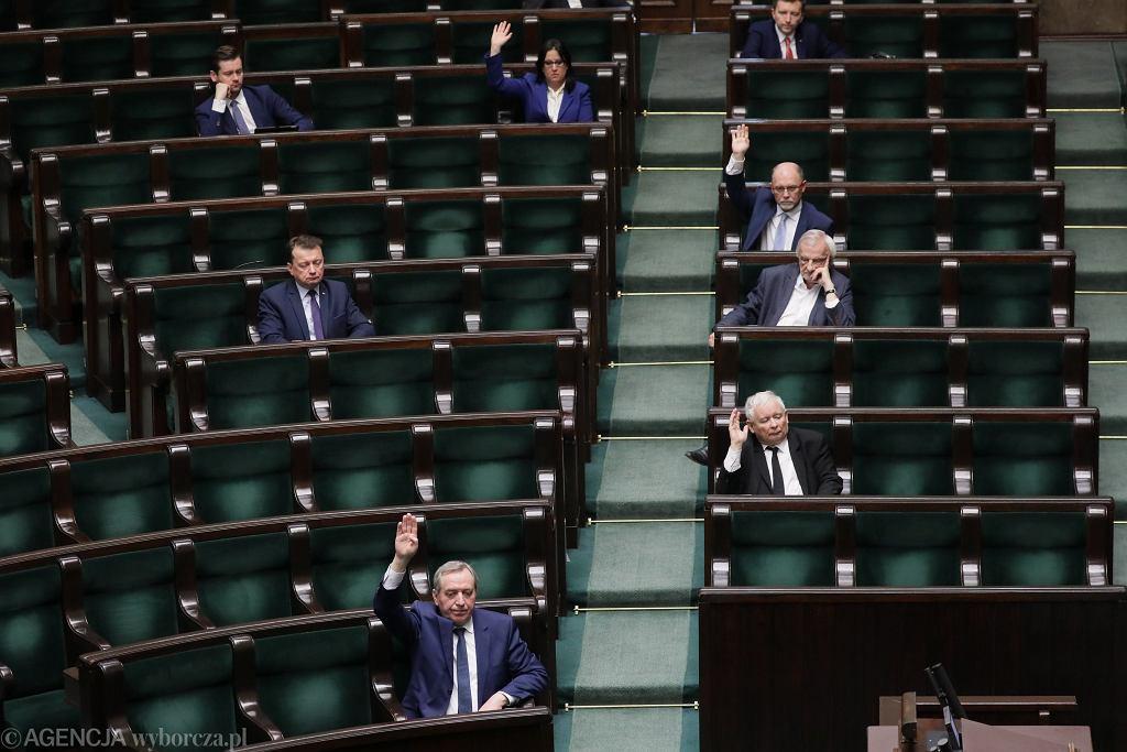 """Sejm zajmie się wyborami. Rząd broni się przed stanem nadzwyczajnym ze względu na odszkodowania. """"To szwindel"""""""