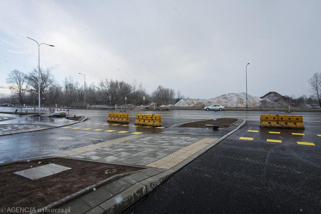 Wzdłuż południowej obwodnicy Warszawy trwa przebudowa ulicy Płaskowickiej. Na wysokości ul. Indiry Gandhi znajdzie się jeden ze zjazdów z trasy S2 na Ursynów
