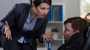 Mobberem może być zarówno przełożony, jak i pracownik z firmy. W każdym przypadku odpowiedzialność spada jednak na pracodawcę.