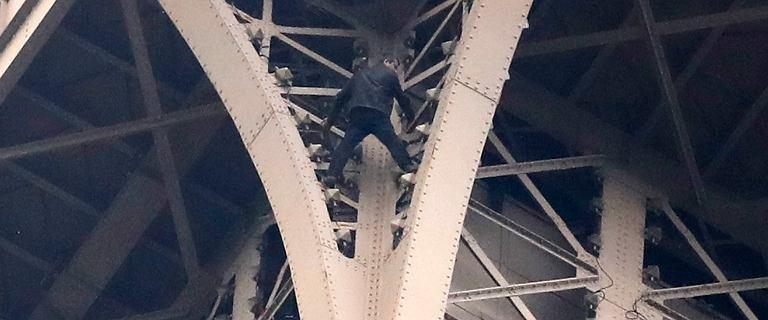 Mężczyzna próbował wspiąć się na Wieżę Eiffla. Ewakuowano turystów