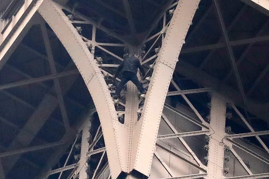 Wieża Eiffla zamknięta z powodu wspinającego się mężczyzny