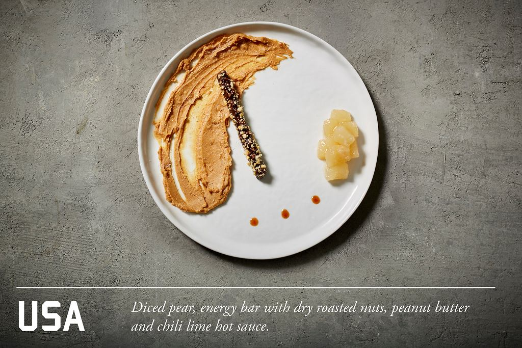Pokrojona w kostkę gruszka, batonik energetyczny z prażonymi orzechami oraz ostry, limonkowy sos z masła orzechowego