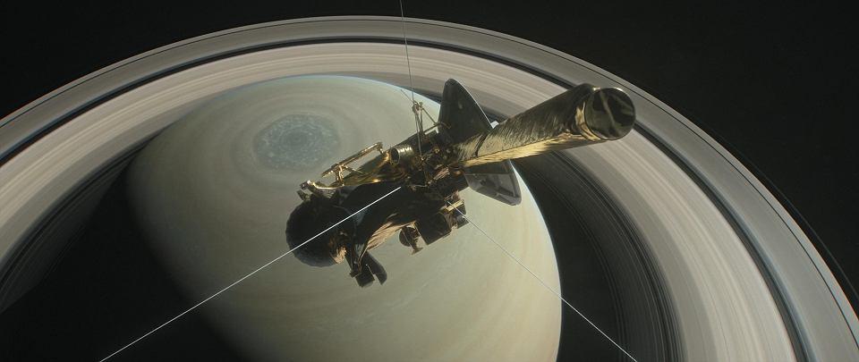 Cassini to prawdziwy krążownik kosmosu - ma 6,87 m wysokości, 4 m średnicy, a na starcie ważyła 5,5 ton. Jej instrumenty są zasilane prądem przez generator jądrowy