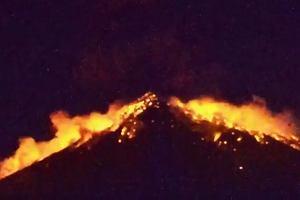 Najpierw kula ognia, potem lawa spływająca po zboczach. Nagrali wybuch wulkanu na Bali [WIDEO]