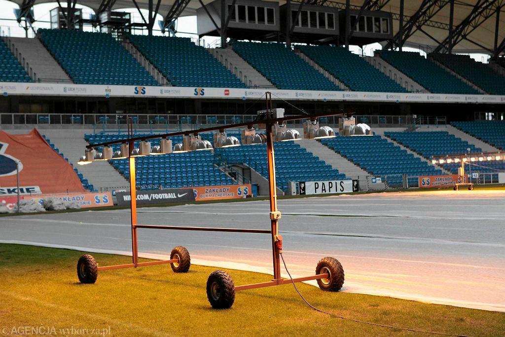 Naświetlanie murawy na stadionie przy Bułgarskiej przed meczem Lecha Poznań
