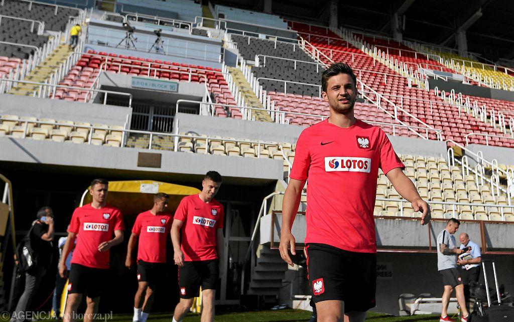 Bartosz Bereszyński wychodzi na trening w Skopje