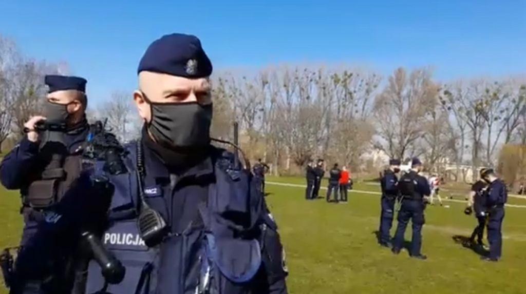 Bialystok. Policja przerwała trening w parku. 'Nie poszliśmy łamać prawa, a po prostu ćwiczyć'
