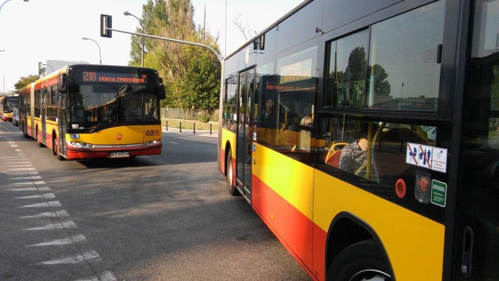 Autobus linii 218 stoi w korku na ul. Postępu