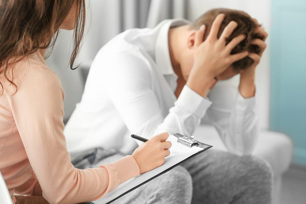 Objawem apatii jest przygnębienie, otępienie i ciągłe odczuwanie smutku