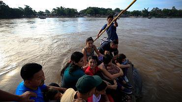 Grupa migrantów z Hondurasu płynie tratwą przez rzekę Suchiate.