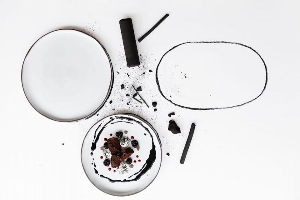 Białe talerze z czarnym rantem z kolekcji Caractere od marki Revol.