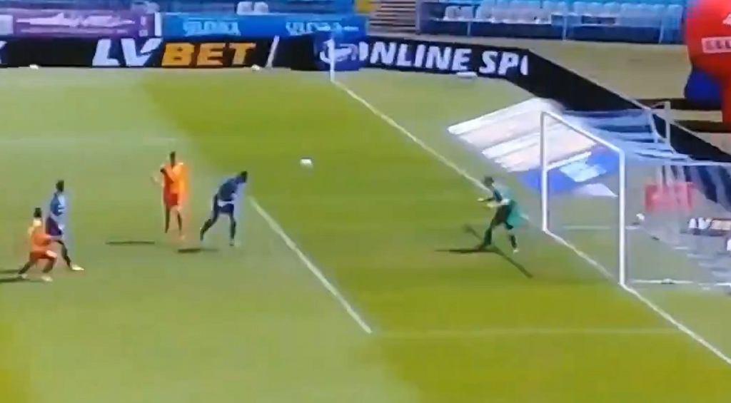 Alan Uryga uderza głową piłkę w słupek własnej bramki. Chwilę później padł trzeci gol dla Korony Kielce w meczu z Wisłą Płock