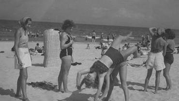 Plażowicze podczas zabawy na plaży nad morzem Bałtyckim.
