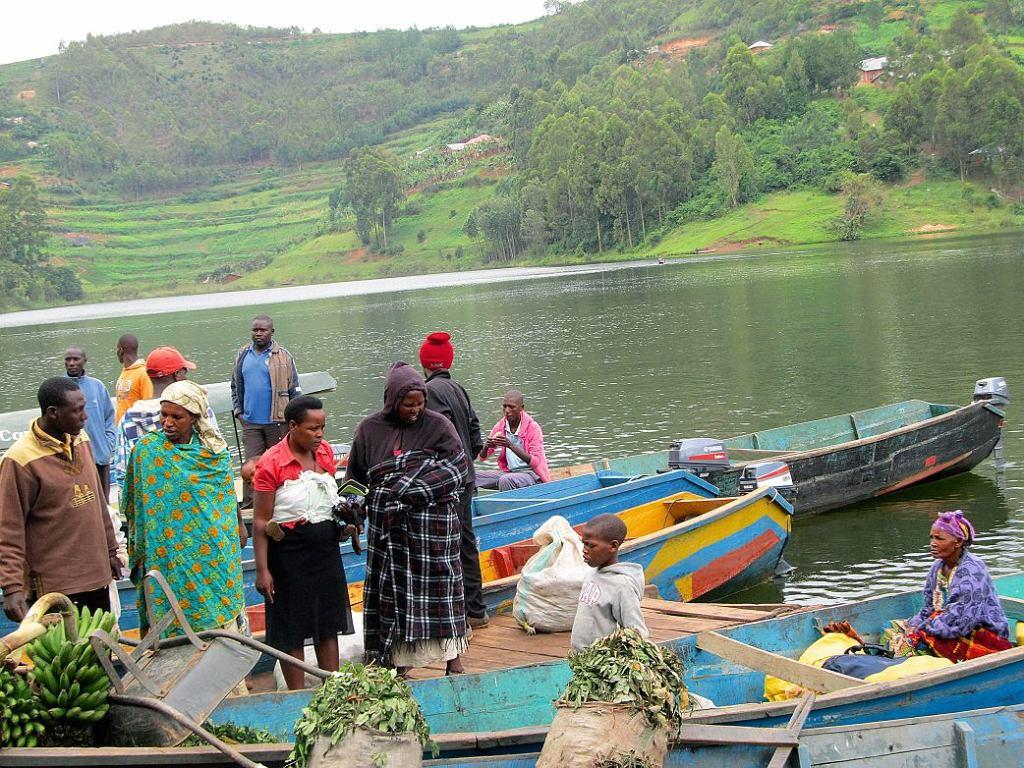 Na cotygodniowy targ w Rutindzie nad jeziorem Bunyonyi farmerzy przypływają dłubankami z eukaliptusa.