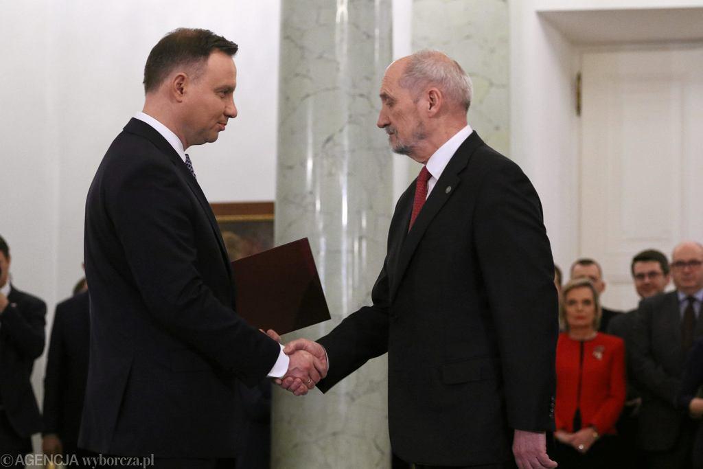 Prezydent Andrzej Duda i minister obrony narodowej Antoni Macierewicz podczas uroczystości zaprzysiężenia rządu Mateusza Morawieckiego.