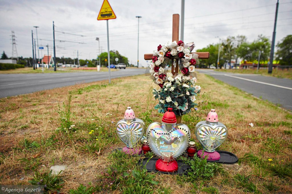 Przydrożne krzyże i znicze, pozostałe po śmiertelnych wypadkach