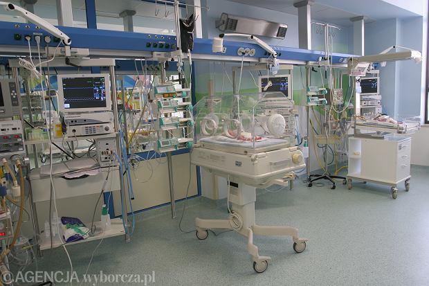 Uniwersytecki Szpital Dziecięcy w Krakowie to jedna z najlepszych placówek w Polsce. Na oddział Patologii i Intensywnej Terapii Noworodka trafiają wcześniaki z poważnymi problemami zdrowotnymi. Bez specjalistycznej opieki ich szanse na przeżycie byłyby niewielkie.Wcześniaki na oddziale spędzają nawet kilka miesięcy, aż będą zdolne do samodzielnego życia. Często nie oddychają i nie jedzą samodzielnie.